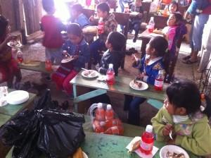 niños felices  al  mejorar sus instalaciones.