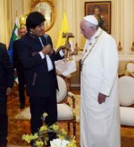 El presidente boliviano Evo Morales le regala al Papa
