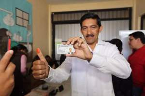 Enoc Hernandez .. Ejerció su voto.