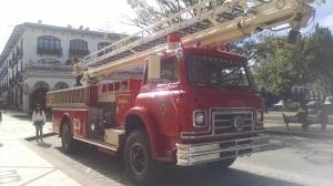 Recorrido de bomberos por las principales calles y avenidas de la ciudad.
