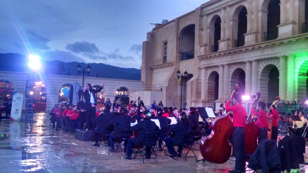 El director de la Orquesta Esperanza Azteca. Jaime Roman dio lo mejor en el desarrollo del concierto con motivo a las fiestas patrias.